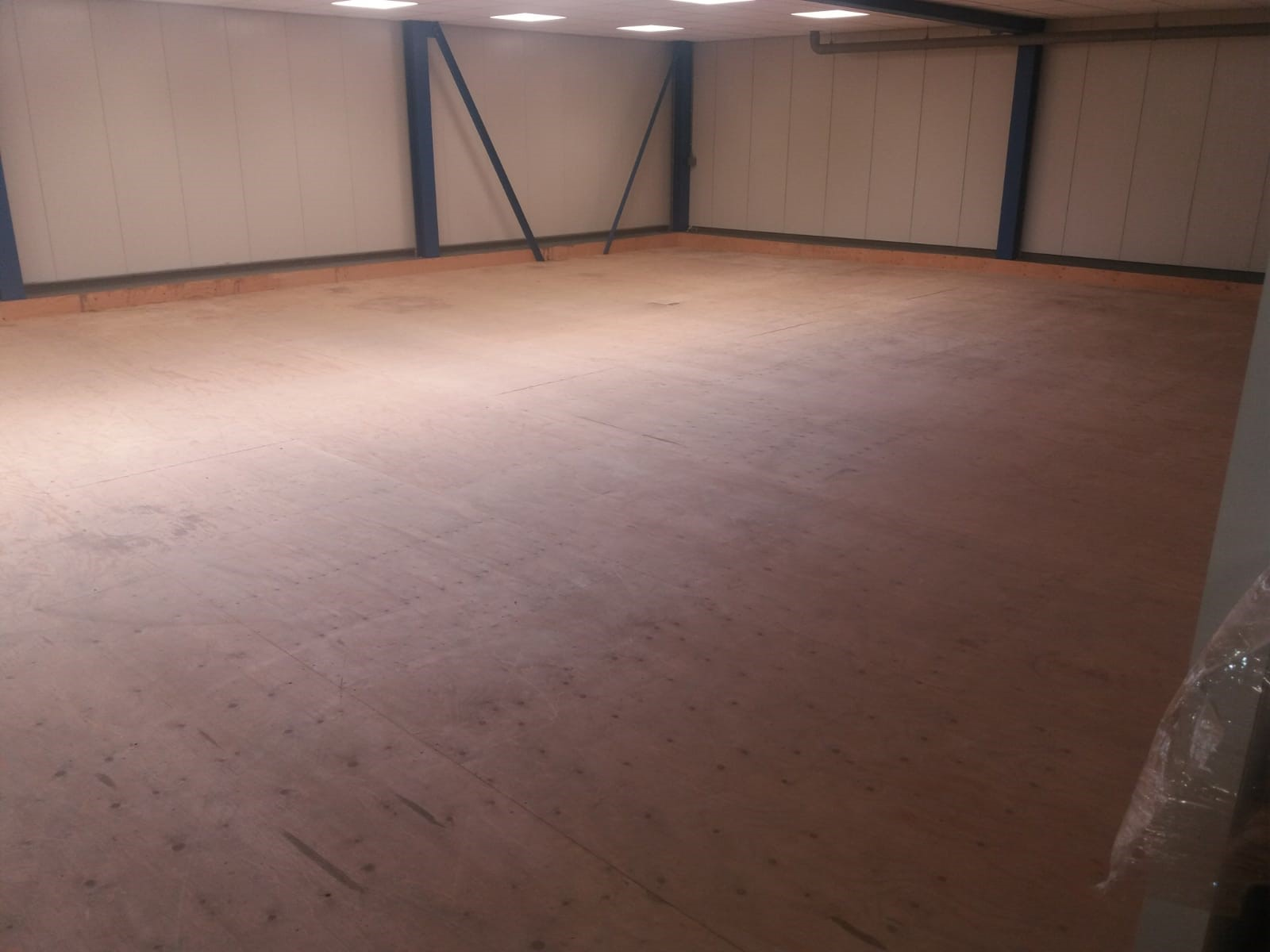 PVC kliktegels magazijnvloer op houten ondervloer