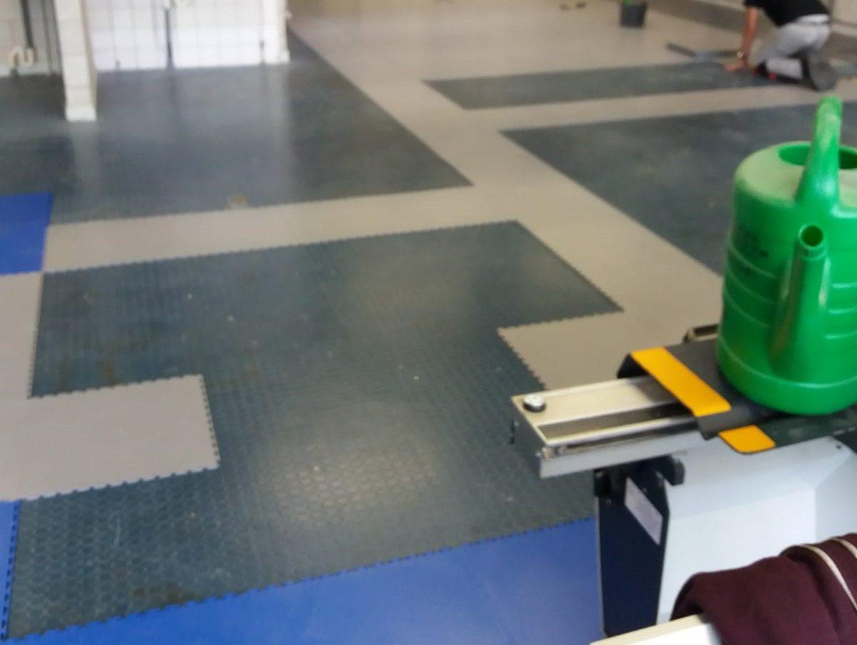 oude situatie school vloer praktijklokaal. Direct over slechte ondervloer geïnstalleerd.
